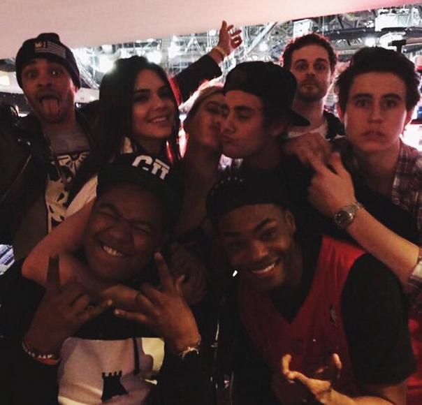 Photos : Kendall Jenner et Hailey Baldwin : shopping, basket-ball et gros bisous à Justin Bieber !