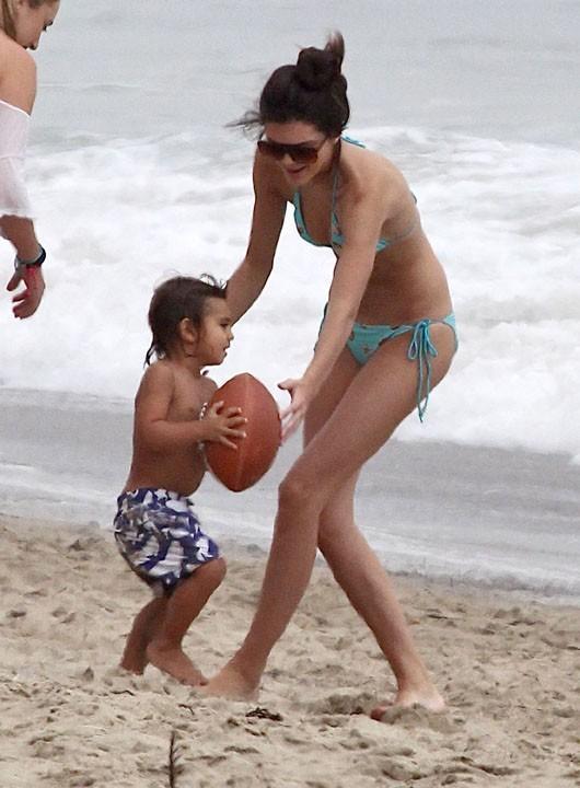 Kendall Jenner : la jeune tata s'amuse à la plage en bikini avec Mason !