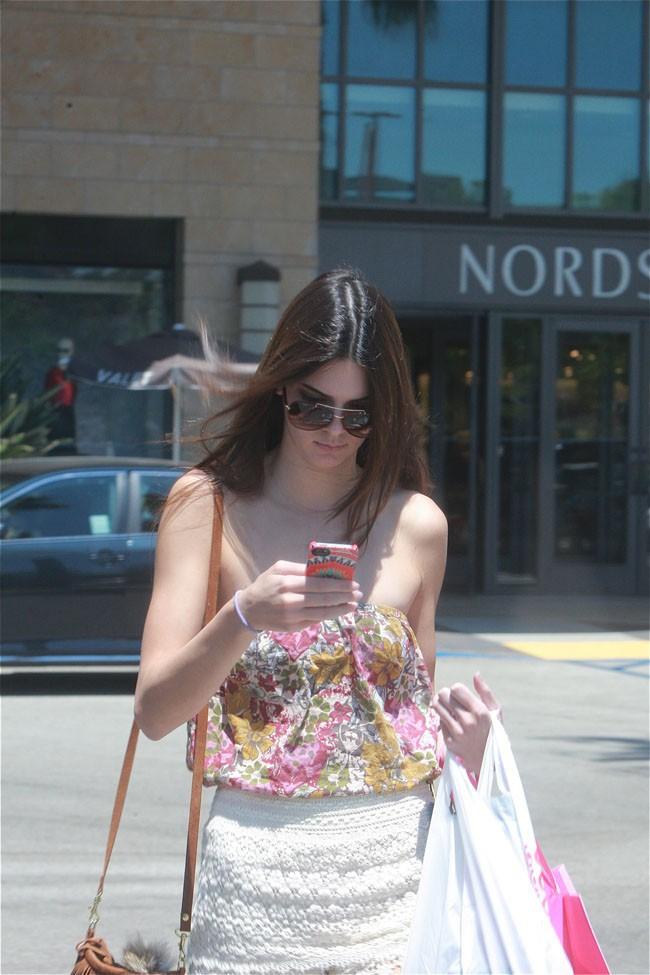 Kendall Jenner dans les rues de Canoga Park le 7 août 2013
