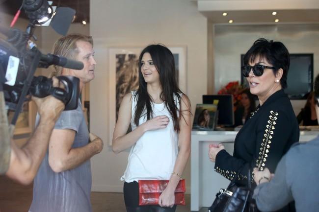"""Kendall et Kris Jenner lors de l'exposition """"Nomad Two Worlds"""" à Los Angeles, le 11 avril 2013."""