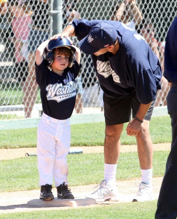 Il est coach de baseball...il ferait bien de s'y mettre pour de bon !