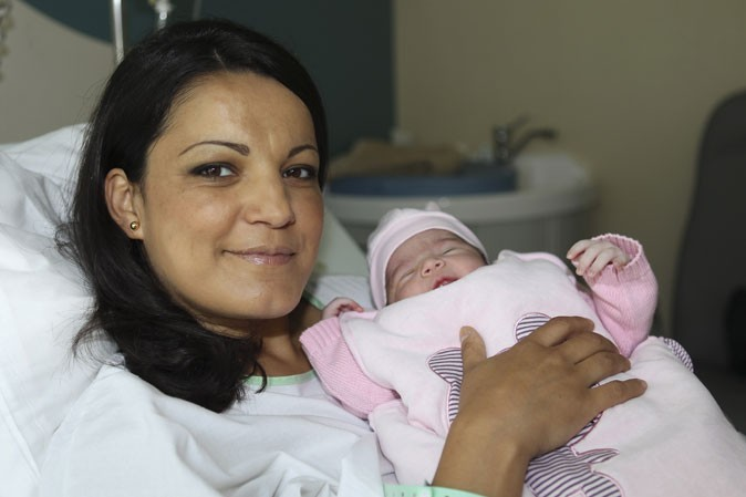 Photo : Carmela tente son premier sourire...