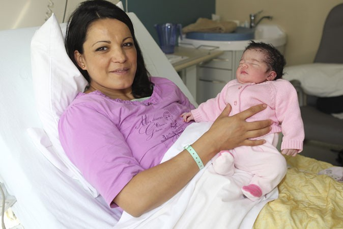Photo : Khadija est très fière de sa petite Carmela !