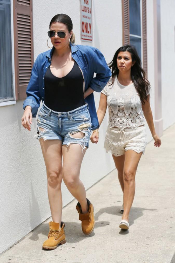 Photos : Khloé et Kourtney Kardashian : après la bronzette, les deux inséparables partent chercher des provisions !