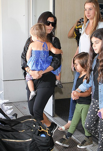 Kourtney Kardashian et sa tribu à l'aéroport de Los Angeles le 20 juin 2014