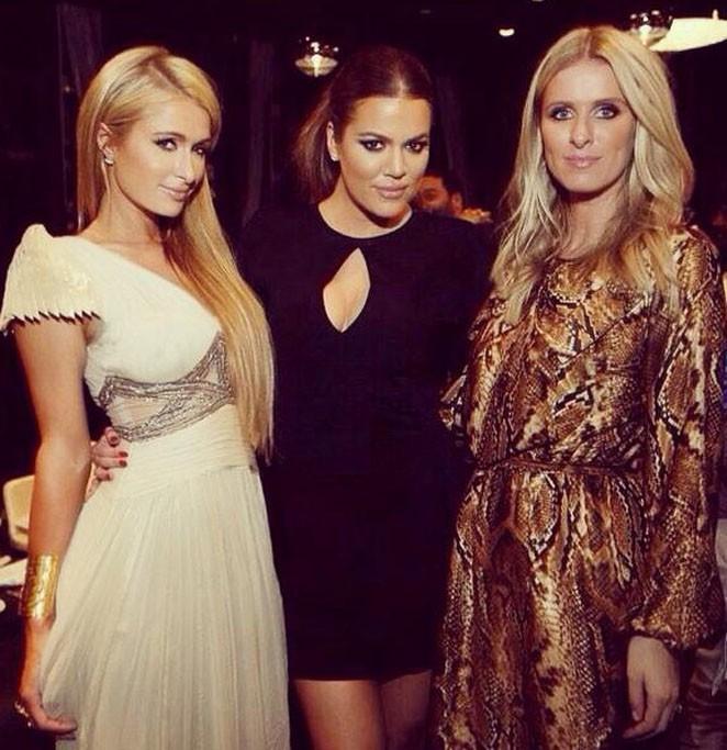 Khloé Kardashian entourée des soeurs Hilton