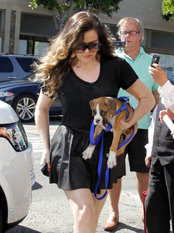 Khloe Kardashian et son boxer le 13 mars 2013 à Beverly Hills