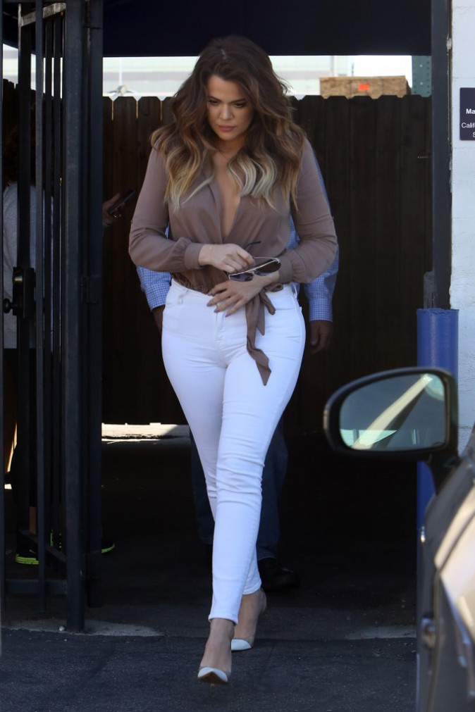 Photos : Khloe Kardashian : sans soutien-gorge et courbes généreuses bien moulées pour tourner avec Kourtney !