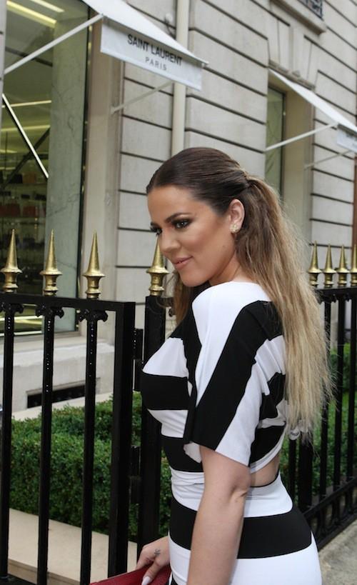 Khloé Kardashian fait les boutiques à Paris avec sa mère et ses soeurs