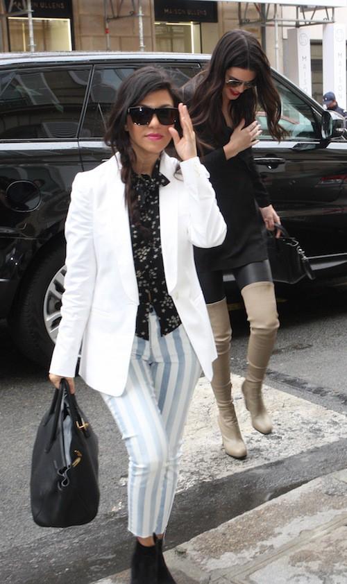 Kourtney Kardashian fait les boutiques à Paris avec sa mère et ses soeurs