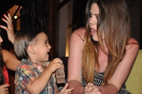 Khloe Kardashian et son neveu Mason lors d'une soirée en République Dominicaine...