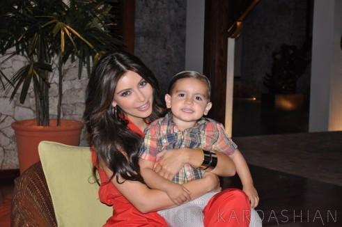 Kim Kardashian et son neveu Mason lors d'une soirée en République Dominicaine...