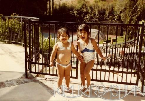 Kim et Kourtney habituées à poser maillot depuis toutes petites !