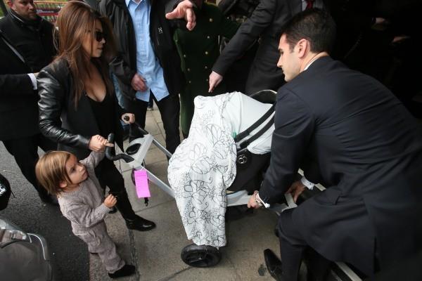 Kourtney Kardashian et ses enfants à Londres, le 7 novembre 2012.