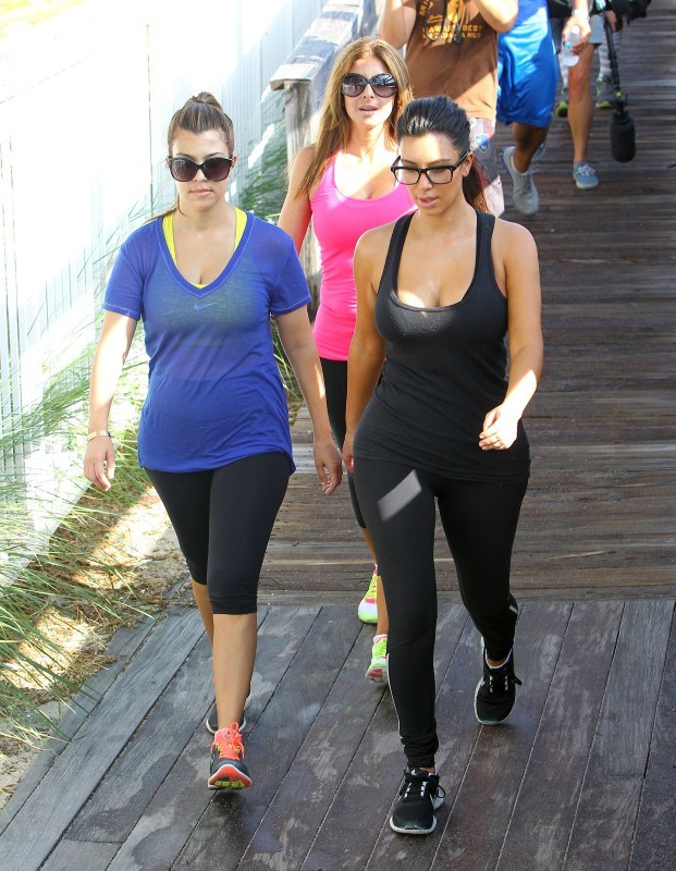 Kourtney et Kim Kardashian à Miami, le 3 octobre 2012.
