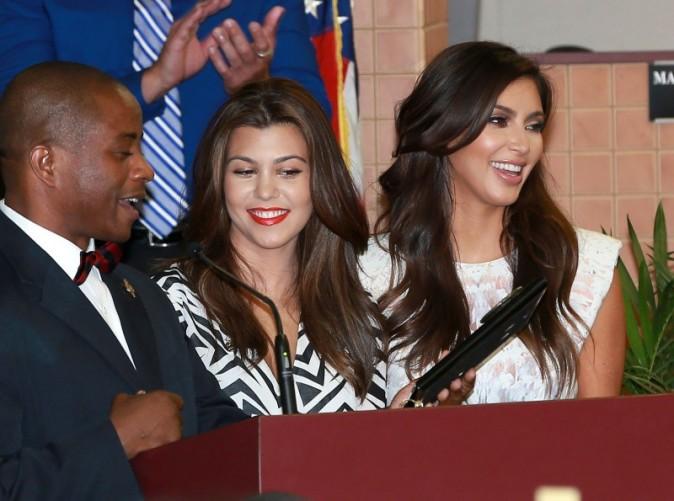 Kourtney et Kim Kardashian dans la salle de Conseil de North Miami, le 19 novembre 2012.