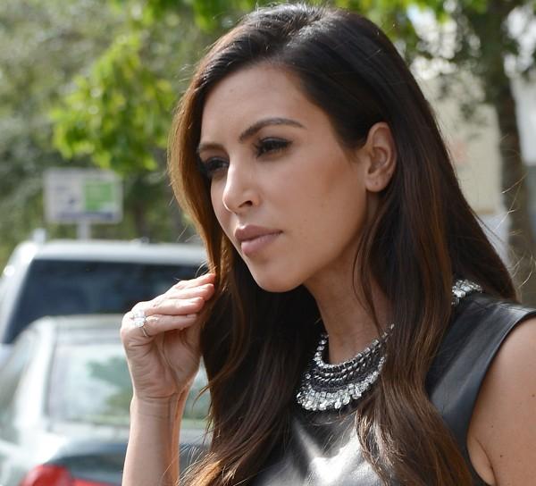 Kim Kardashian arborant sa nouvelle bague.