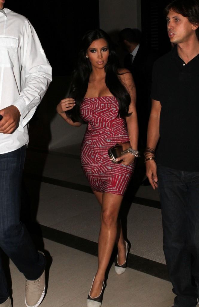 Les hanches de Kim soulignées ...