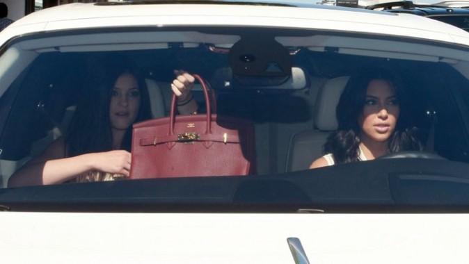 Kim Kardashian et sa demi-soeur Kylie Jenner se rendant dans la boutique Vera Wang à Los Angeles, le 17 août 2011.