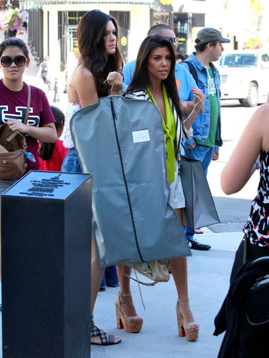 Kourtney Kardashian et sa demi-soeur Kendall Jenner se rendant dans la boutique Vera Wang à Los Angeles, le 17 août 2011.