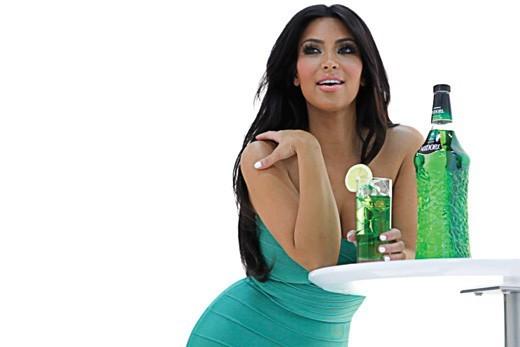 Kim Kardashian ambassadrice de la marque d'alcool Midori.