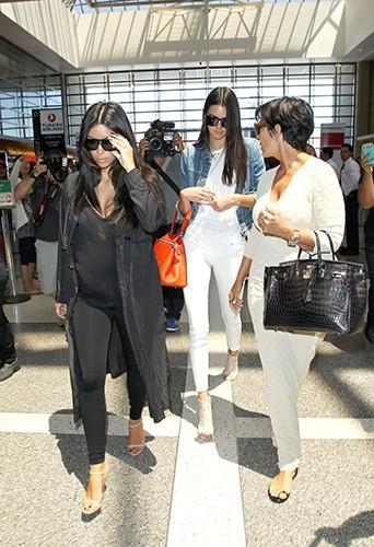 Kim Kardashian, Kendall et Kris Jenner à l'aéroport de Los Angeles le 31 juillet 2014