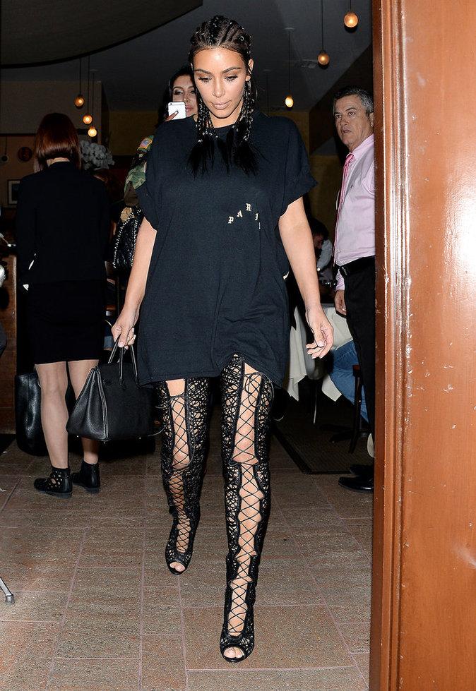 Photos : Kim Kardashian : après la perruque, les cuissardes et les tresses !