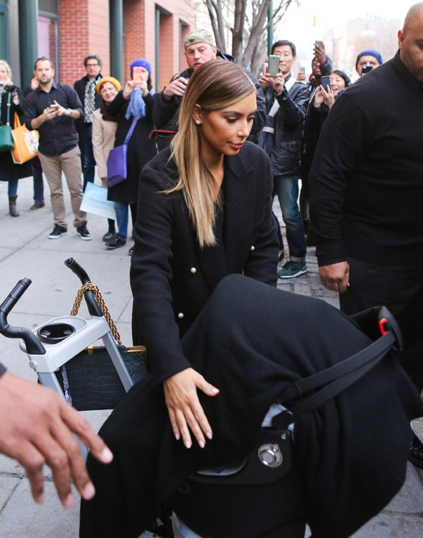 Kim Kardashian avec sa fille North à New-York le 4 décembre 2013