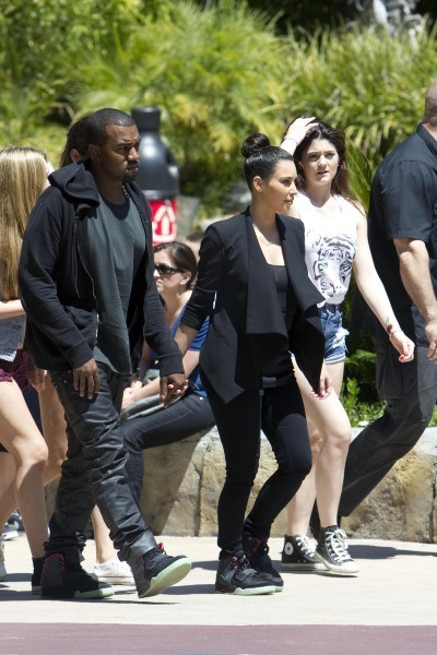 Kanye West et Kim Kardashian, ainsi que Kylie Jenner, au Six Flags Magic Mountain, le 17 juillet 2012.