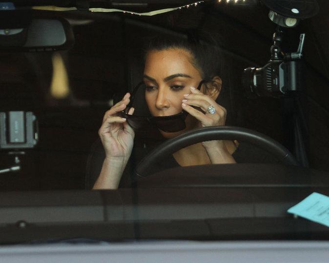 Kim Kardashian se promène à Los Angeles avec sa soeur Khloe