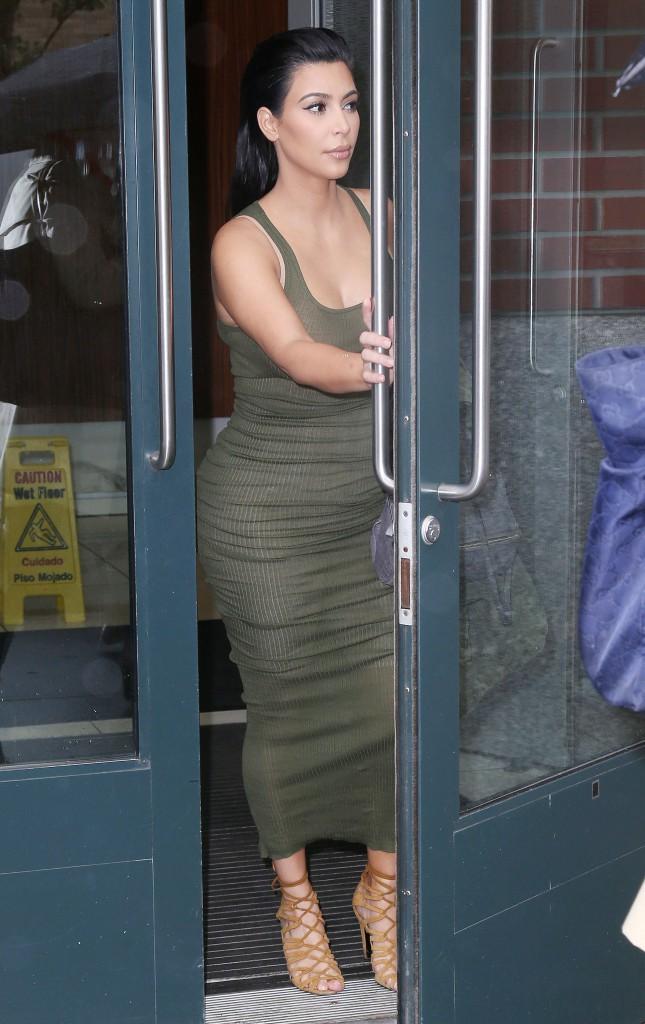 Photos : Kim Kardashian dément avoir recours à une mère porteuse !