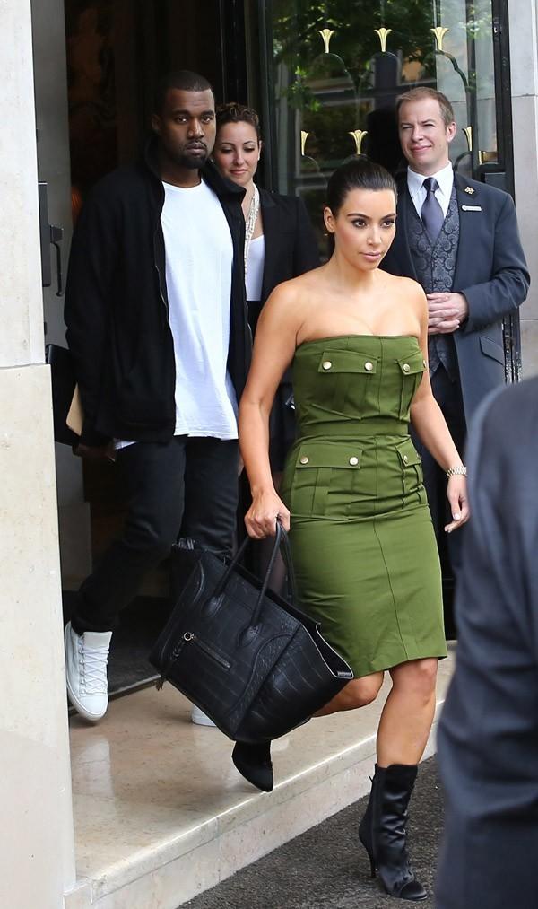Kim Kardashian et Kanye West à la sortie du George V le 17 juin 2012