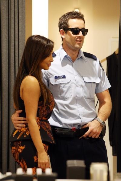 Kim Kardashian et un policier sous le charme à Melbourne, le 19 septembre 2012.
