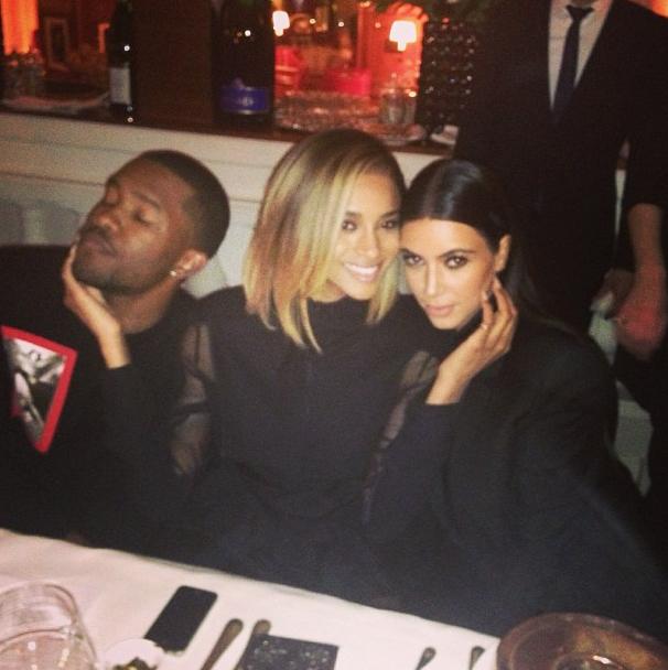 Kim pose ici aux côtés des artistes Frank Ocean et de Ciara, deux amis de Kanye.
