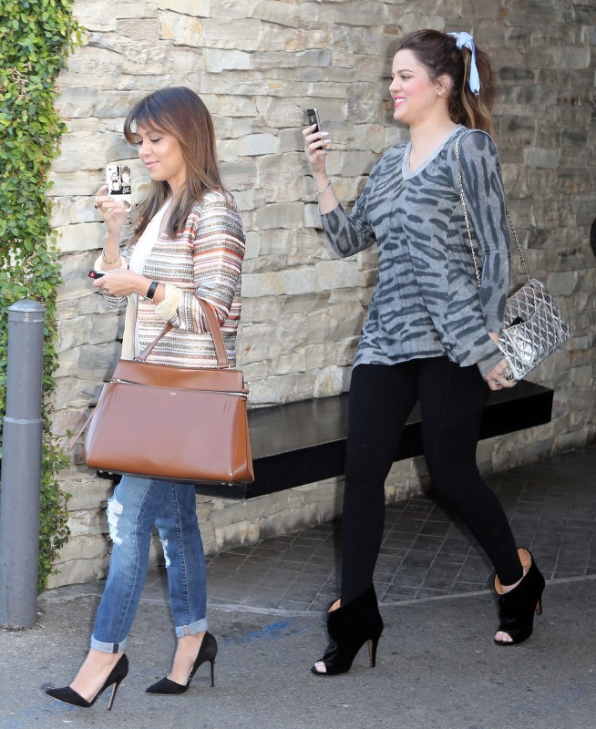 Kourtney et Khloe Kardashian à Sherman Oaks, le 4 avril 2013.