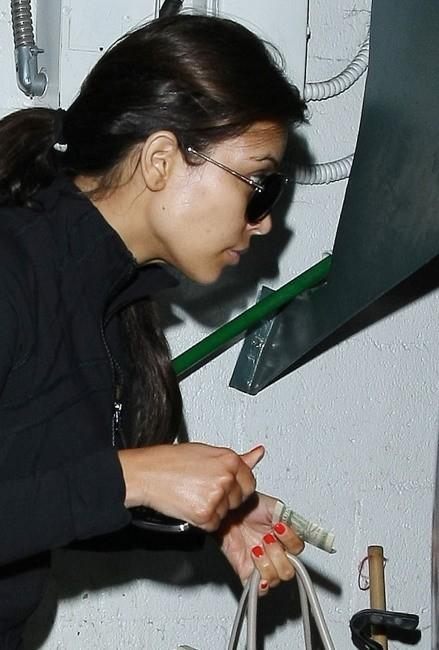 Kim Kardashian dans un salon de beauté à Beverly Hills, le 28 mars 2012.