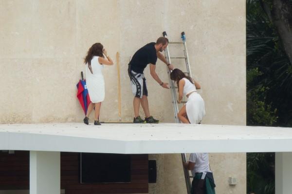 Kim et Kourtney Kardashian en shooting à Miami, le 25 octobre 2012.