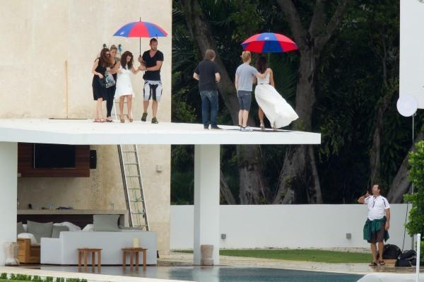 photos kim kardashian elle prend de la hauteur pour un shooting glam 39 avec sa grande soeur. Black Bedroom Furniture Sets. Home Design Ideas