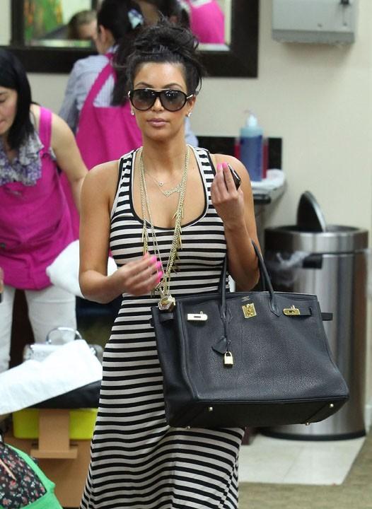 Kim Kardashian, en mode cool, se fait chouchouter !