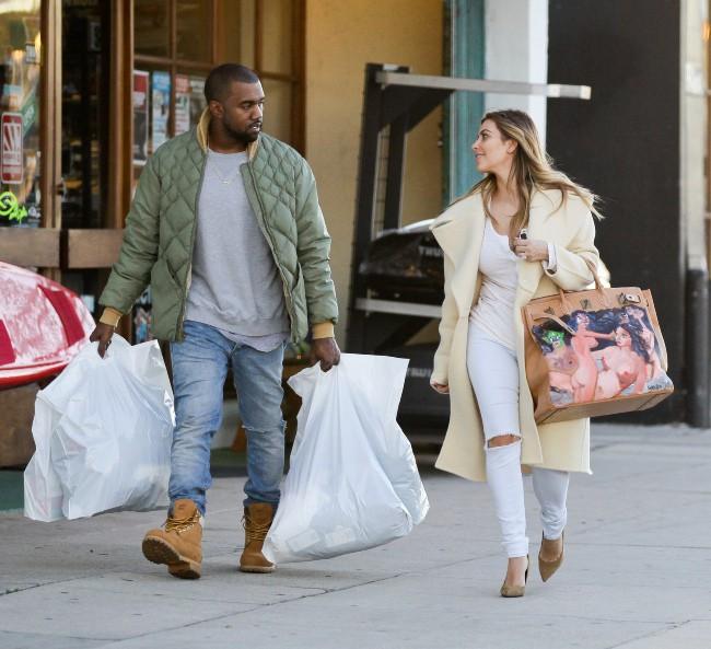 Kanye West et Kim Kardashian en plein shopping à Woodland Hills, le 26 décembre 2013.