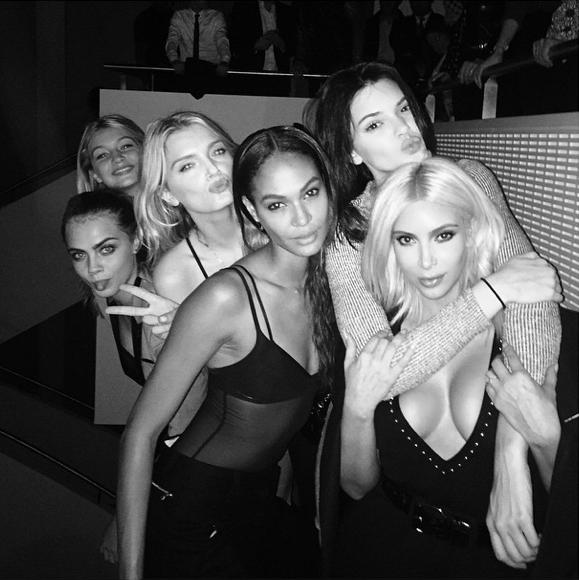 Photos : Kim Kardashian : Elle se tape l'incruste au milieu de Kendall Jenner, Gigi Hadid et Cara Delevingne !