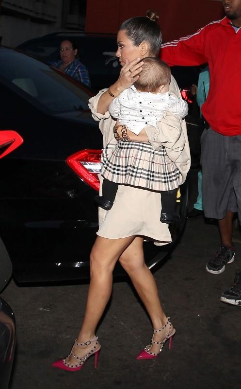 Kourtney Kardashian et sa fille Penelope à Sherman Oaks, le 27 février 2013.