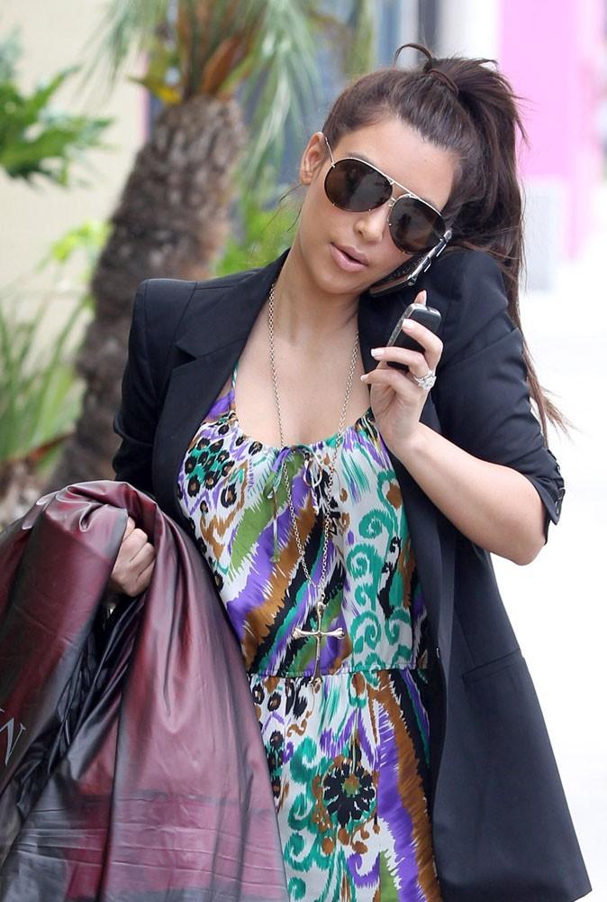 Photos : Kim Kardashian : entre son téléphone et son shopping, elle ne sait plus où donner de la tête... Une femme très occupée !