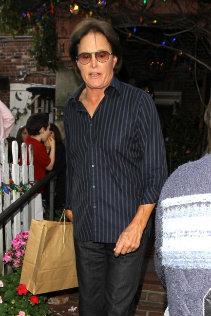 Bruce Jenner quittant le restaurant The Ivy à Los Angeles, le 21 mars 2013.