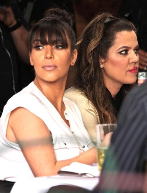 Khloe et Kim Kardashian dans le restaurant The Ivy à Los Angeles, le 21 mars 2013.