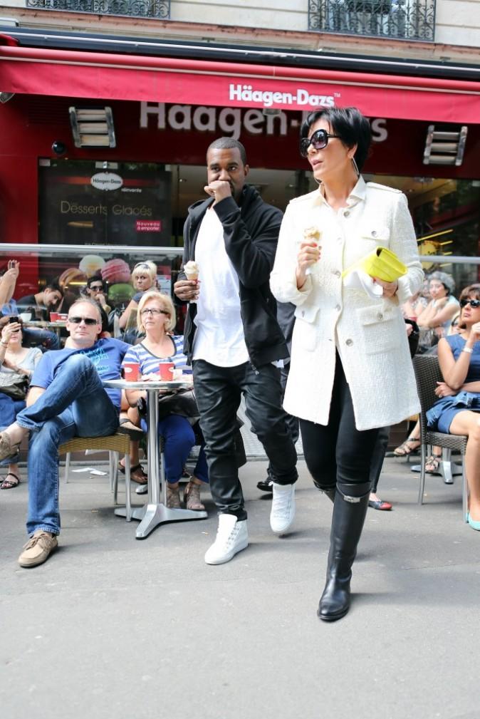 Kanye West et Kris Jenner sortant de chez Haagen Dazs à Paris, le 17 juin 2012.