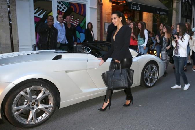 Kim Kardashian et Kanye West quitant le restaurant Ferdi à Paris, le 17 juin 2012.