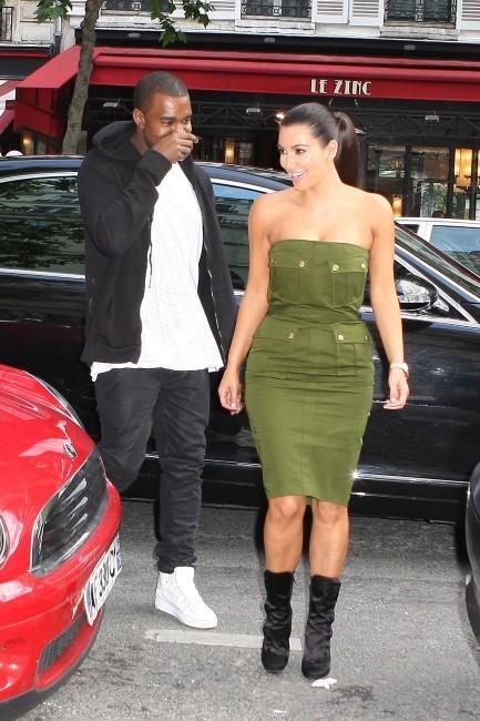 Kim Kardashian et Kanye West sortant de chez Haagen Dazs à Paris, le 17 juin 2012.