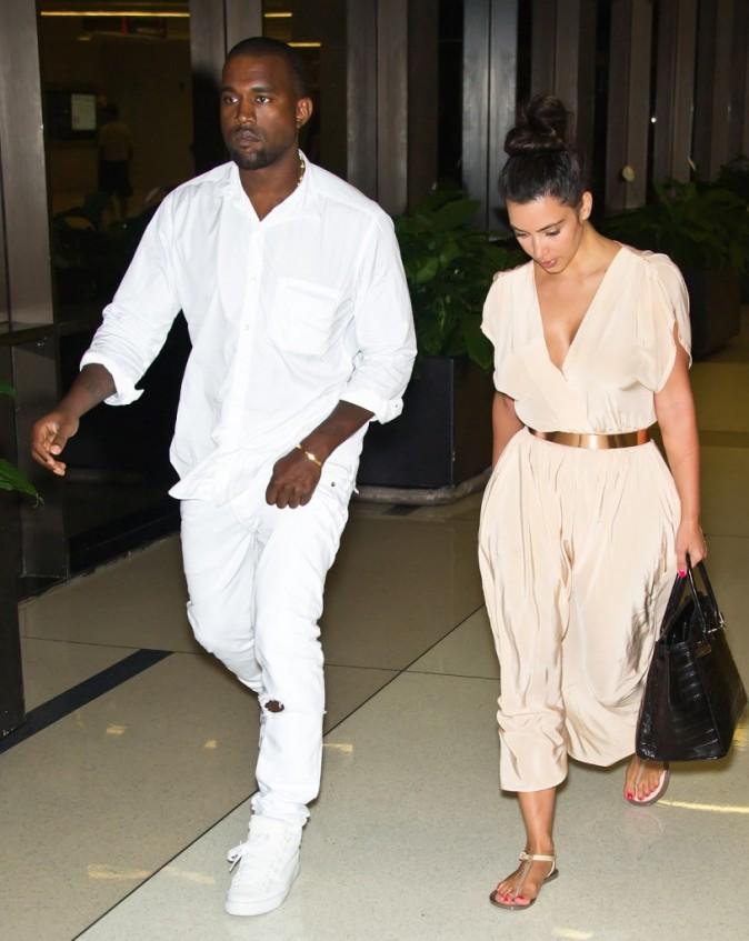 Kim Kardashian et Kanye West à l'aéroport de Philadelphie, le 27 juillet 2012.