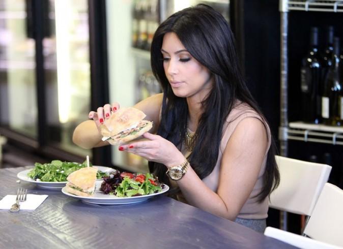 ...Kim opte pour un énorme burger !